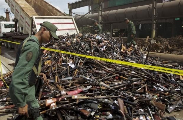 pb-121130-venezuela-arms-kb-1p-02.photoblog900